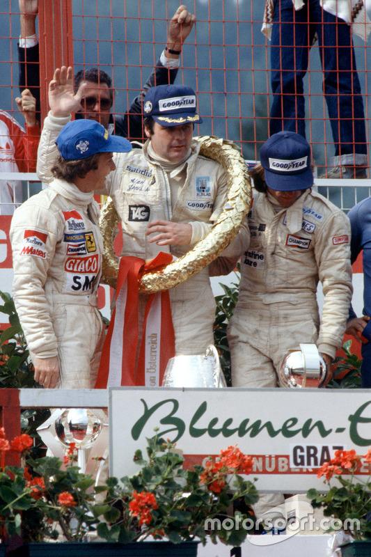 Podium: ganador, Alan Jones, Williams, segundo lugar, Gilles Villeneuve, Ferrari, tercer lugar, Jacq