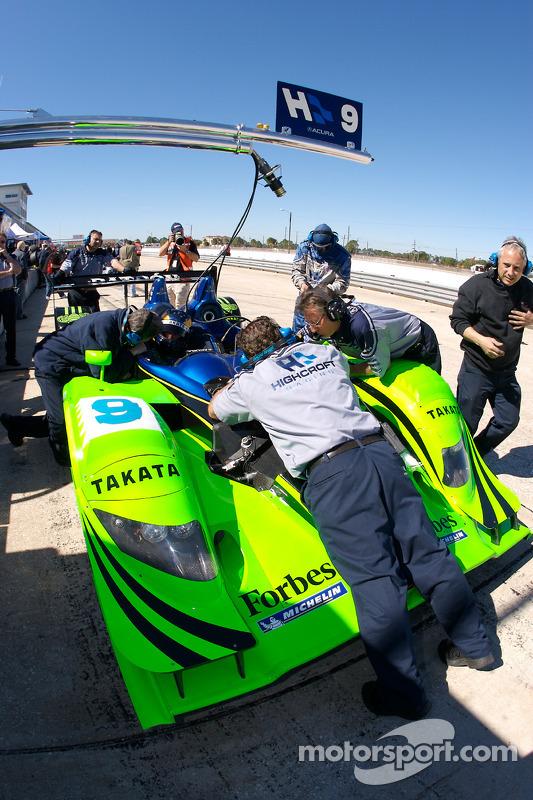 Les membres de l'équipe Highcroft Racing au travail