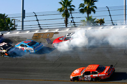 Jacques Villeneuve, Stanton Barrett, Jamie McMurray and Dario Franchitti crash