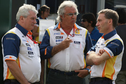Pat Symonds, Renault F1 Team, Executive Director of Engineering, Flavio Briatore, Renault F1 Team, Team Chief, Managing Director and Bob Bell, Renault F1 Team, Chassis Technical Director