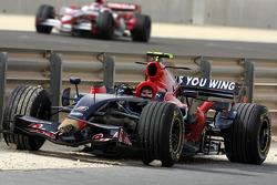 El coche de Sebastian Vettel, Scuderia Toro Rosso después de retirarse de la carrera