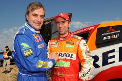 Carlos Sainz fête sa victoire avec le deuxième, Stéphane Peterhansel