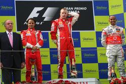 Podium: Sieger Kimi Räikkönen, 2. Felipe Massa, 3. Lewis Hamilton, mit König Juan Carlos