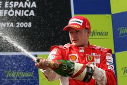 Podium: racewinnaar Kimi Raikkonen spuit met champagne