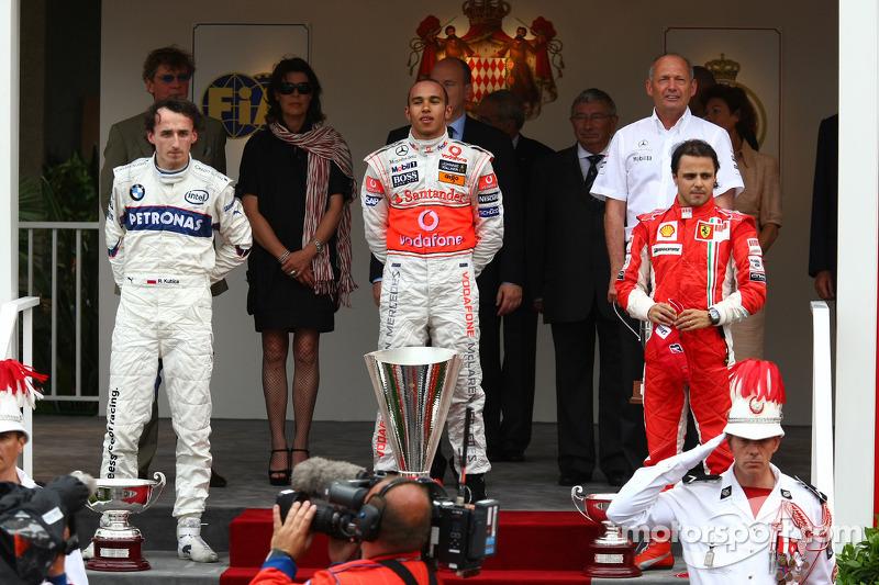 Второе место - Роберт Кубица, BMW Sauber F1 Team, первое место - Льюис Хэмилтон, McLaren Mercedes и