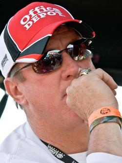 Former NFL Buffalo Bill's Quarterback, Jim Kelly, watches the race
