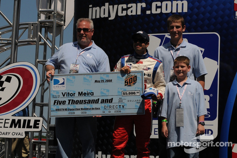 Vitor Meira accepting a check for the