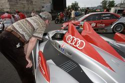 Фанат рассматривает Audi R10
