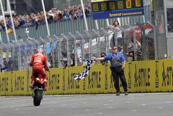 Racewinnaar Casey Stoner krijgt de vlag
