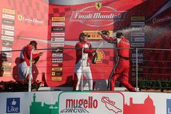 Подиум APAC Shell: первое место #525 Rosso Scuderia Ferrari 458 KK Тадаказу Коджима празднует с шампанским