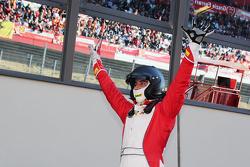 #55 Scuderia Autoropa Ferrari 458: Маттео Сантопонте празднует победу