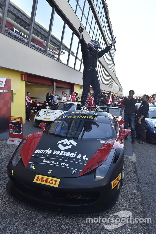 السيارة رقم 27 روسوكورسا – بيلين ريسينغ فيراري 458: أليساندرو فيزوني أثناء الاحتفال في بارك فيرميه