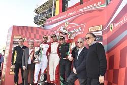 Podio Copa Pirelli: ganadores#55 Scuderia Autoropa Ferrari 458: Matteo Santoponte, segundo lugar #84