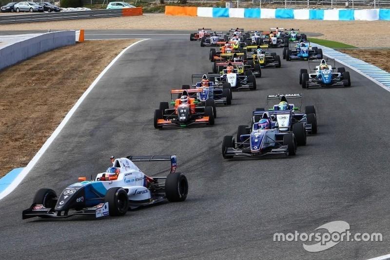 Матевос Исаакян, JD Motorsport, лидирует после старта