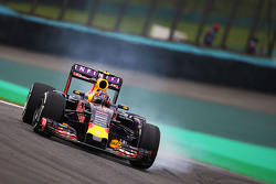 Daniil Kvyat, Red Bull Racing RB11 locks up under braking