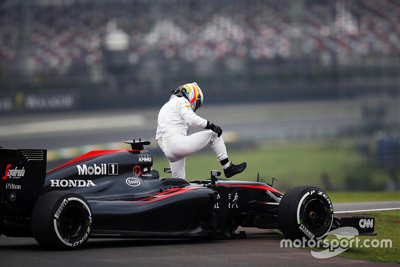 Fernando Alonso sufre una vería en su McLaren MP4-30 en la segunda sesión de práctica
