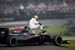 Fernando Alonso, McLaren MP4-30 stopped on the circuit in the second practice session