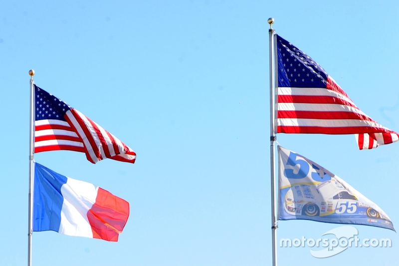 Michael Waltrip Racing, Paris'te yaşanan terör olaylarından sonra Fransa bayrağıyla uçuyor