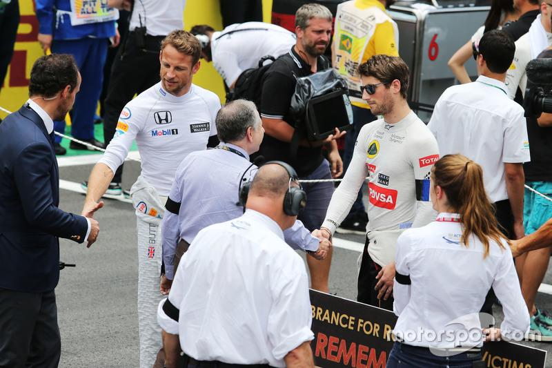 FIA-Präsident Jean Todt mit Romain Grosjean, Lotus F1 Team, in der Startaufstellung