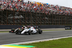 Felipe Massa, Williams FW37 e Romain Grosjean, Lotus F1 E23 in battaglia per la posizione