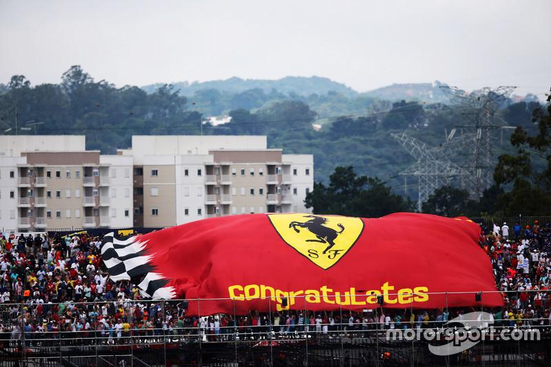 Ferrari-Fans mit riesiger Fahne
