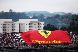 Ferrari фанати з a large прапор