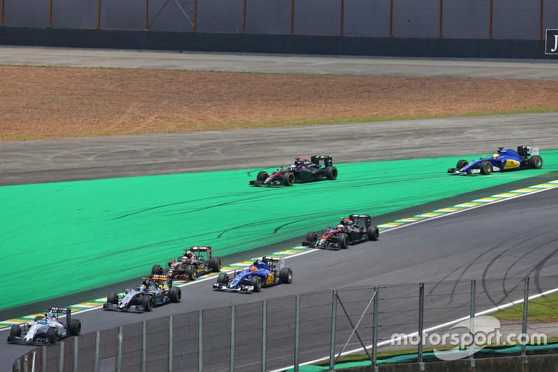 Fernando Alonso, McLaren MP4-30, und Marcus Ericsson, Sauber C34, kommen beim Start von der Linie ab