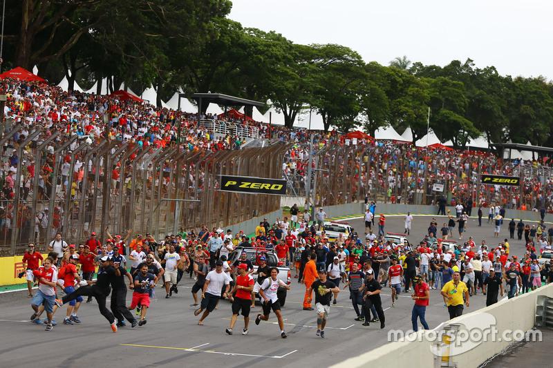Aficionados invaden la pista al final de la carrera