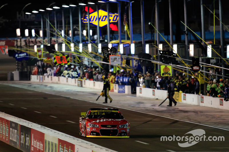 Kurt Busch, Stewart-Haas Racing Chevrolet serves a penalty for jumping the start