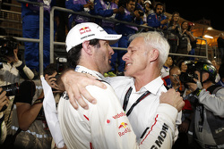 2015 campeón Mark Webber celebra con Matthias Müller, CEO de Volkswagen AG.