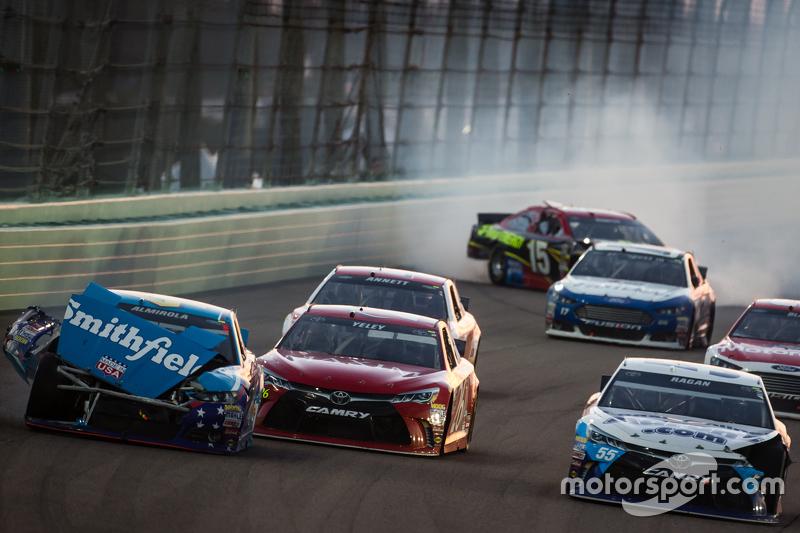 Unfall: Aric Almirola, Richard Petty Motorsports Ford; David Ragan, Michael Waltrip Racing Toyota; Clint Bowyer, Michael Waltrip Racing Toyota