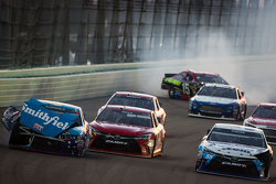 Aric Almirola, Richard Petty Motorsports Ford, David Ragan, Michael Waltrip Racing Toyota et Clint Bowyer, Michael Waltrip Racing Toyota se crashent