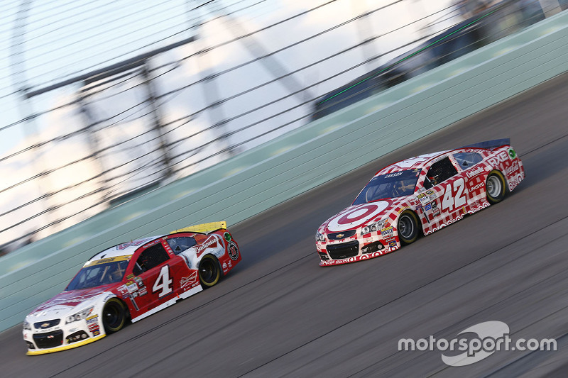 Kevin Harvick, Stewart-Haas Racing Chevrolet; Kyle Larson, Chip Ganassi Racing Chevrolet
