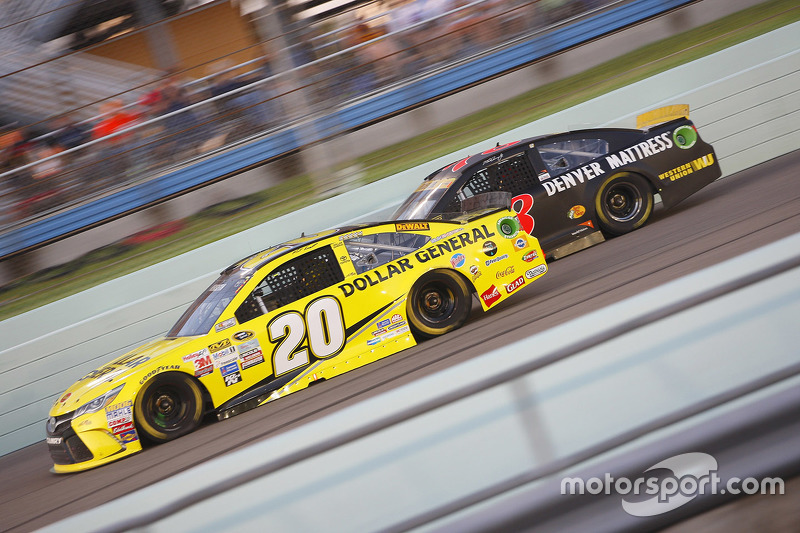 Метт Кенсет, Joe Gibbs Racing Toyota та Мартін Труекс мол., Furniture Row Racing Chevrolet
