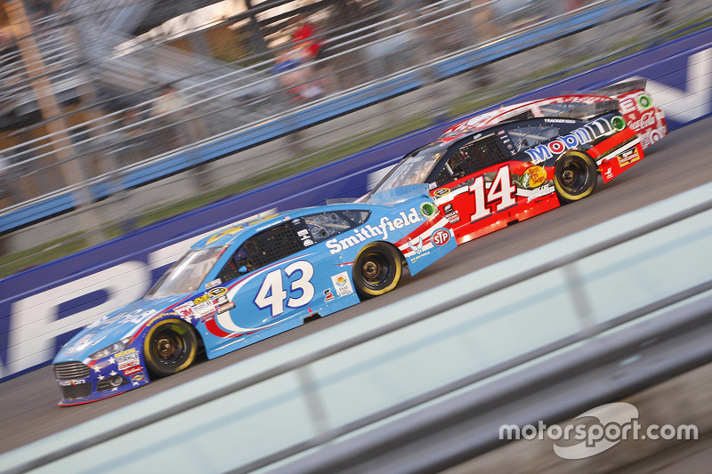 Aric Almirola, Richard Petty Motorsports Ford; Tony Stewart, Stewart-Haas Racing Chevrolet