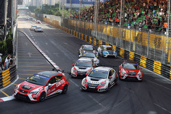 Pepe Oriola, SEAT Leon, Team Craft-Bamboo LUKOIL; Gianni Morbidelli, Honda Civic TCR, West Coast Rac