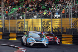 Stefano Comini, SEAT Leon, Target Competition and Pepe Oriola, SEAT Leon, Team Craft-Bamboo LUKOIL