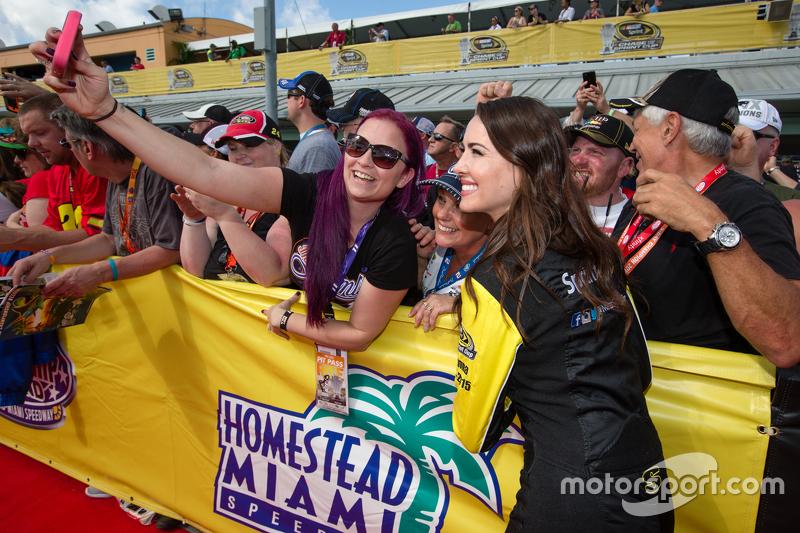 Fans machen Selfies mit Miss Sprint
