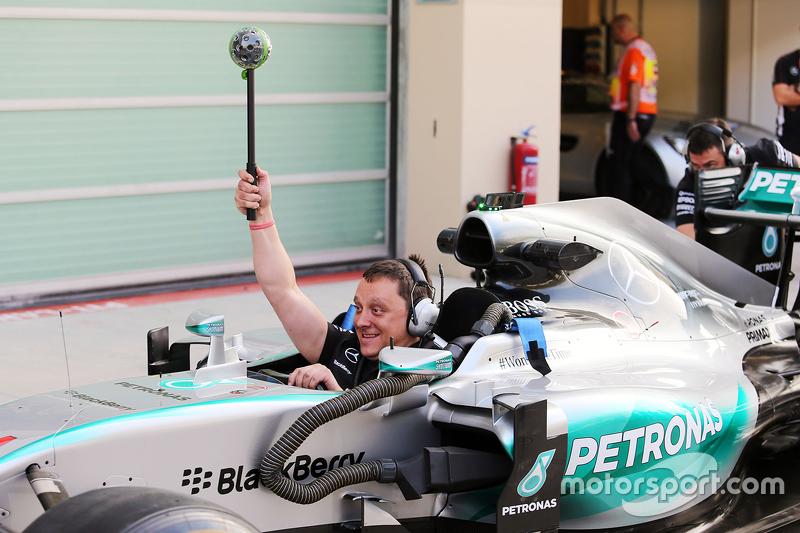 Mercedes AMG F1 практикує піт-стопи filmed з a Panono camera