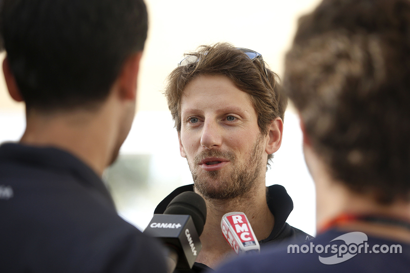 Romain Grosjean, Lotus F1 Team, mit der Presse