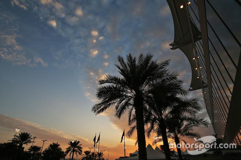 Sonnenuntergang im Fahrerlager