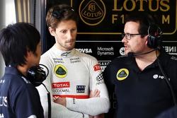 Аяо Каматсу, гоночный инженер Lotus F1 Team и Ромен Грожан, Lotus F1 Team и Жюльен Симон-Шотемп, гоночный инженер Lotus F1 Team