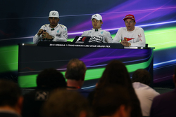 Nico Rosberg, Mercedes AMG F1; Kimi Räikkönen, Ferrari