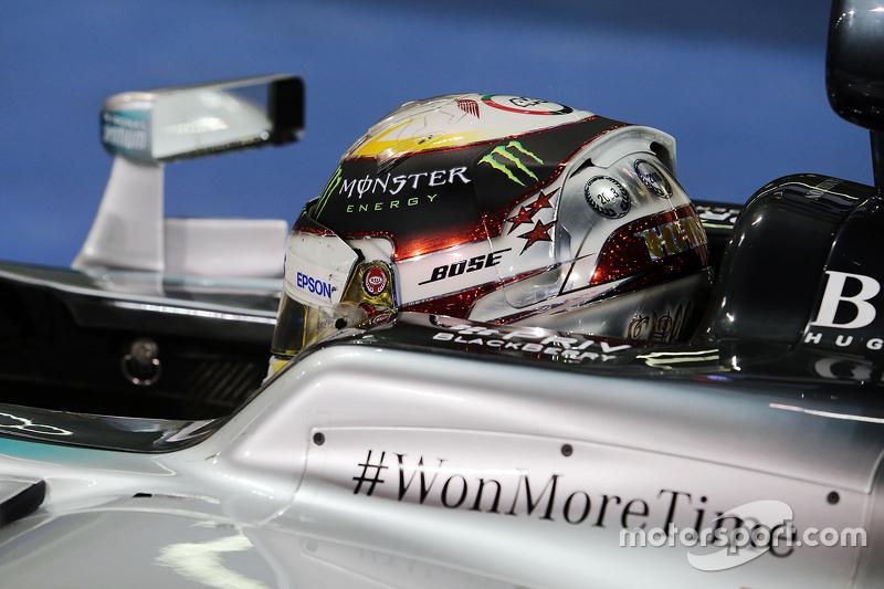 2. Lewis Hamilton, Mercedes AMG F1 W06, im Parc Fermé