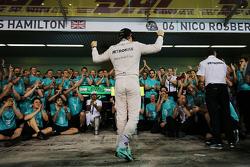 Il vincitore della gara Nico Rosberg, Mercedes AMG F1 festeggia con il team