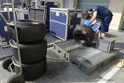Ein Ingenieur mit Pirelli-Reifen