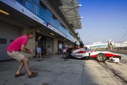 Jonathan y Jolyon Palmer watch Will Palmer, ART Grand Prix dejan el garaje