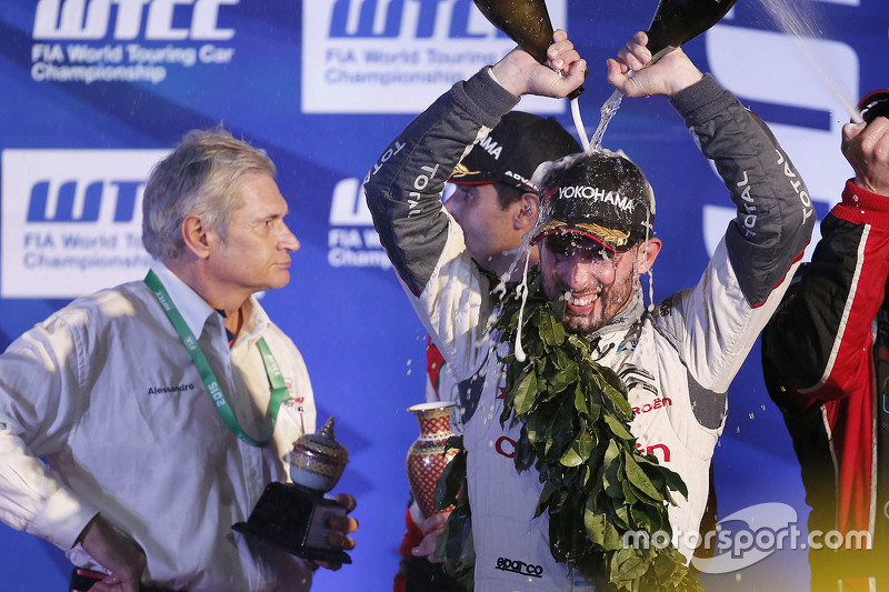 Podium: Jose Maria Lopez, Citroën World Touring Car team celebrates with champagne