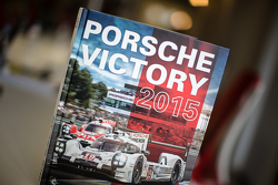 """""""Porsche Victory 2015"""", das Jahrbuch von René de Boer und Tim Upietz"""