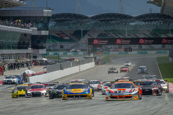 Start: #1 Clearwater Racing Ferrari 458 GT3: Mok Weng Sun, Gianmaria Bruni, Matt Griffin, James Calado leads